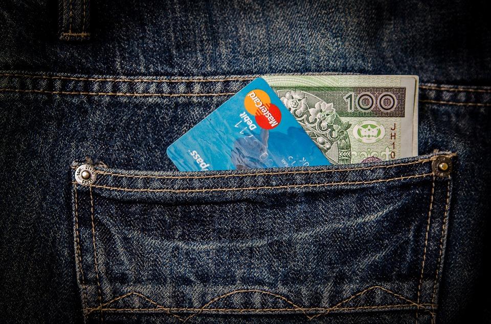 kort og seddel i lomme