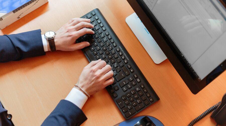 Person på tastatur
