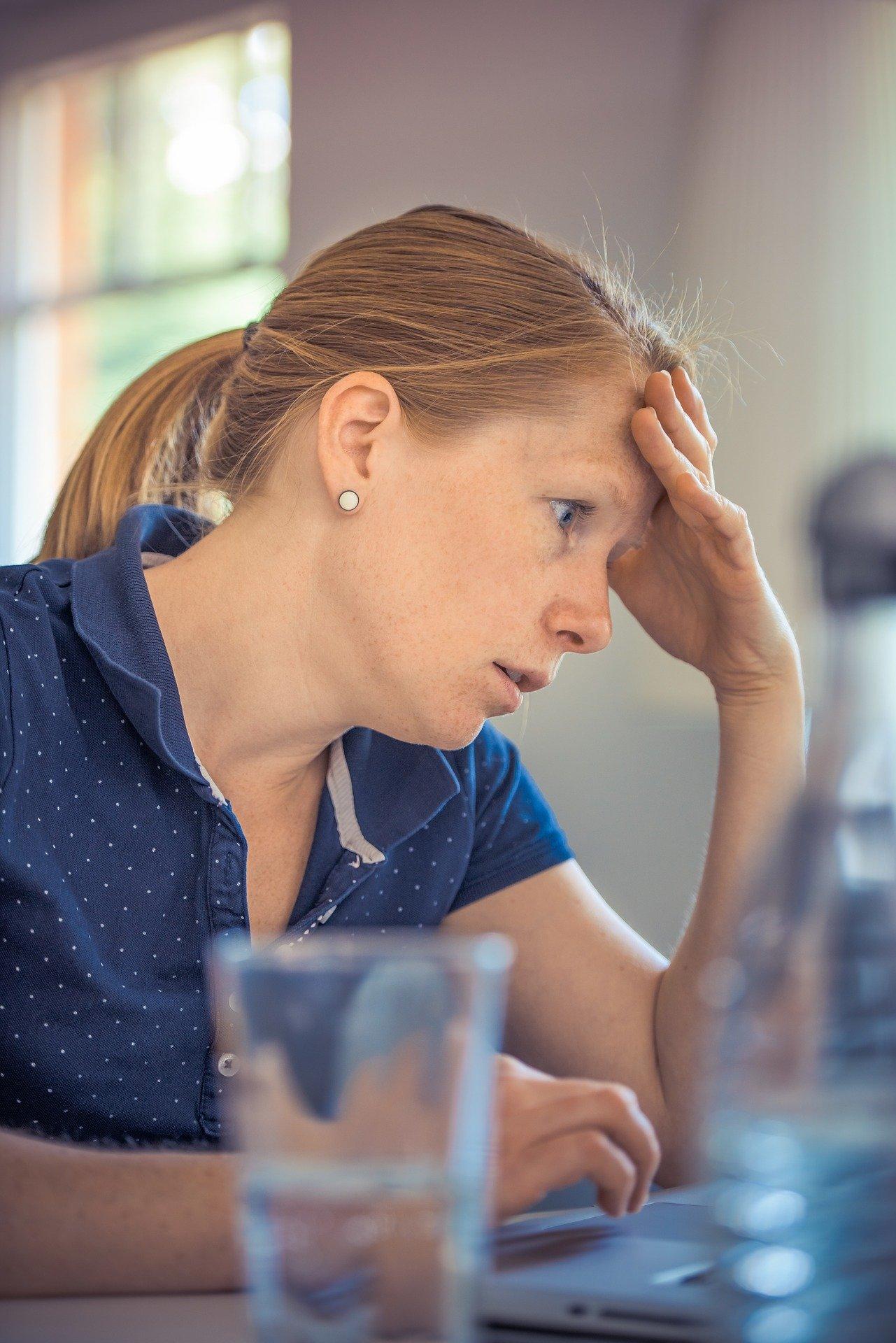 træt kvinde ved computer