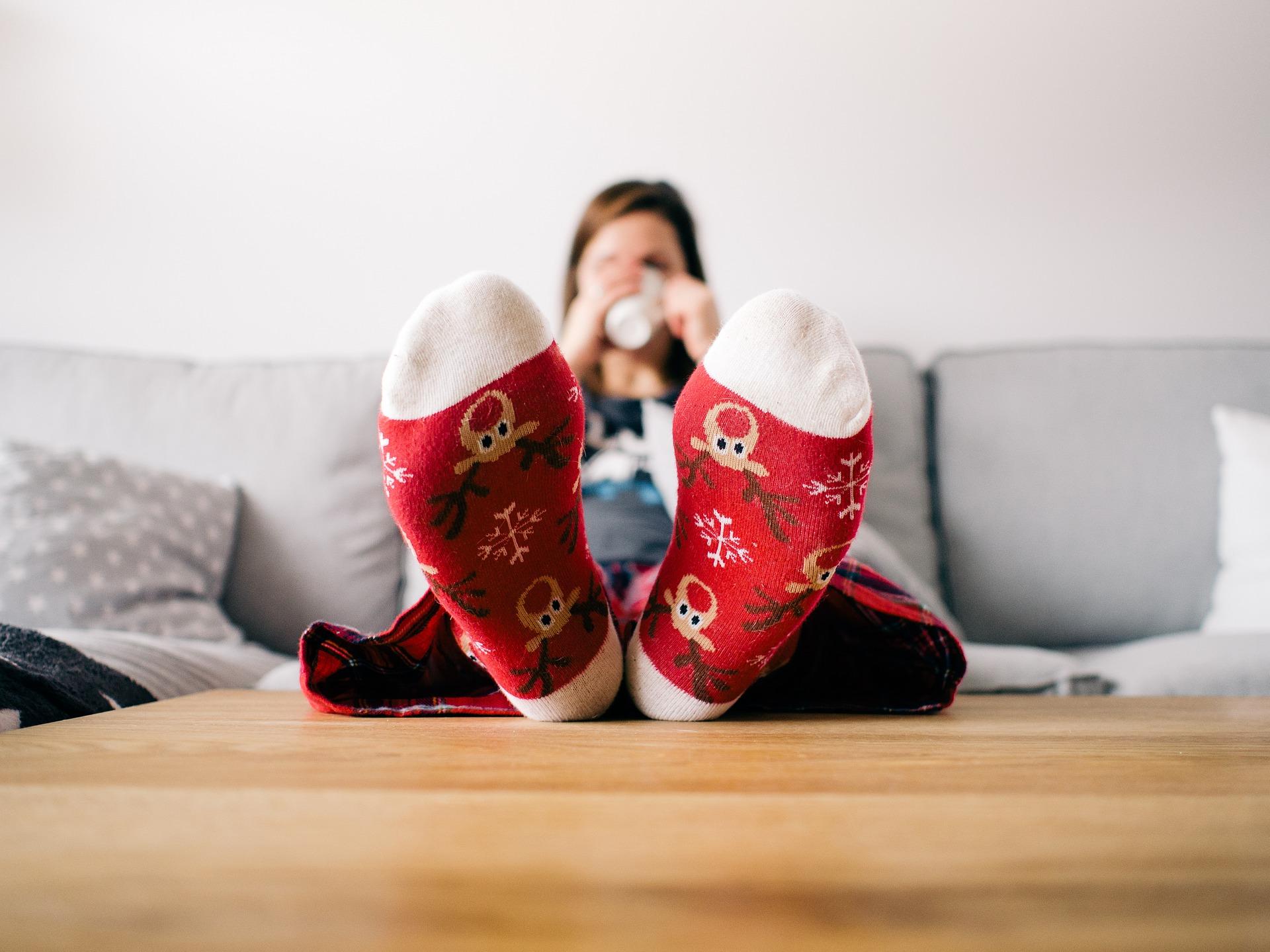 kvinde drikker kaffe med fødderne oppe