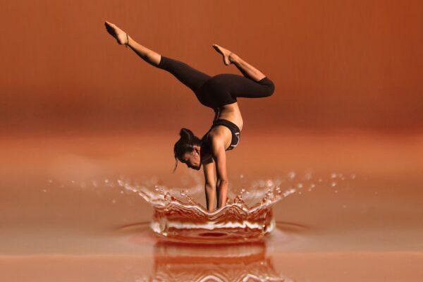Kvinde på hænder i vand